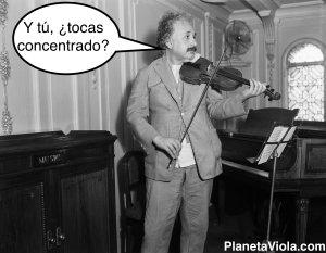 Albert Einstein tocando su violín